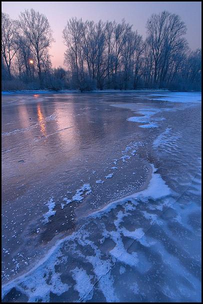 Soleil levant. Eau gelee. Delta de la Sauer